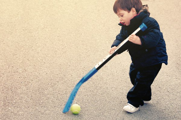 Petit garçon jouant au hockey sur route