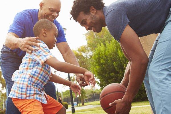 Grand-père, père et fils jouant au basket-ball