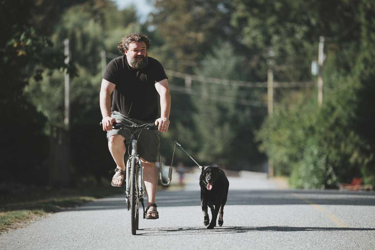 Toby Hargrave faire du vélo avec un chien