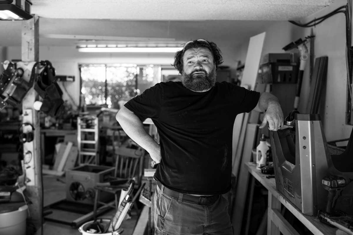 Toby Hargrave dans son garage en train de penser