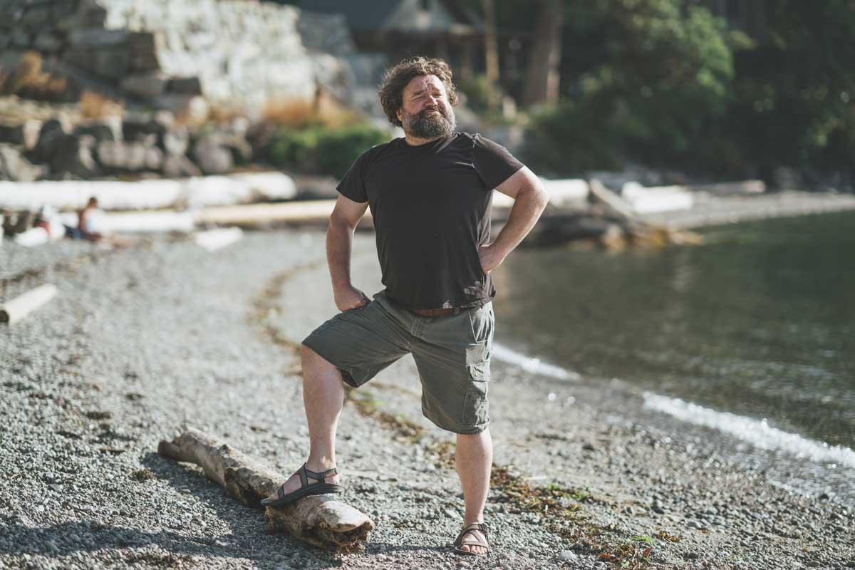Toby Hargrave près de la plage debout sur un tronc