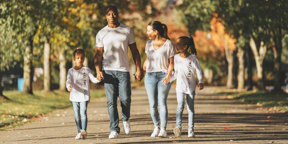 Tommy Europe et sa famille se promenant dans un parc