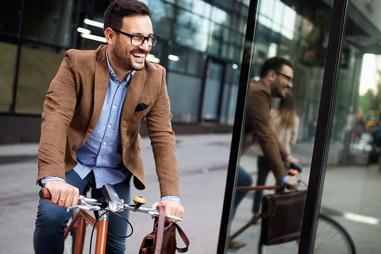 Homme monté sur son vélo pour aller et revenir du travail