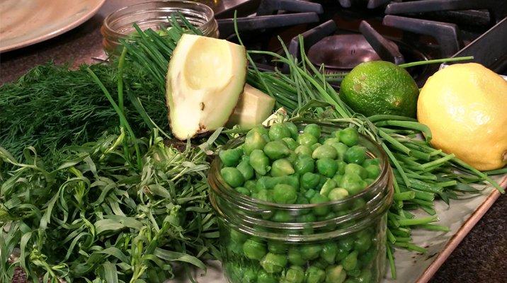 Avocats mûrs, pois chiches, lime, et citron