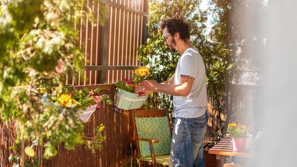 homme, planter des fleurs pour maman