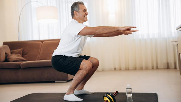 homme faisant des squats
