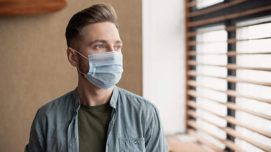 homme portant un masque
